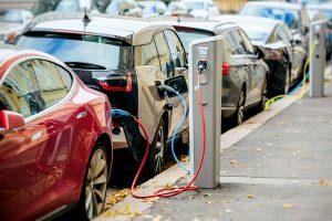 Ladesäule mit BMW und Tesla Elektroauto