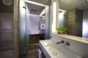 Modernes, helles Badezimmer